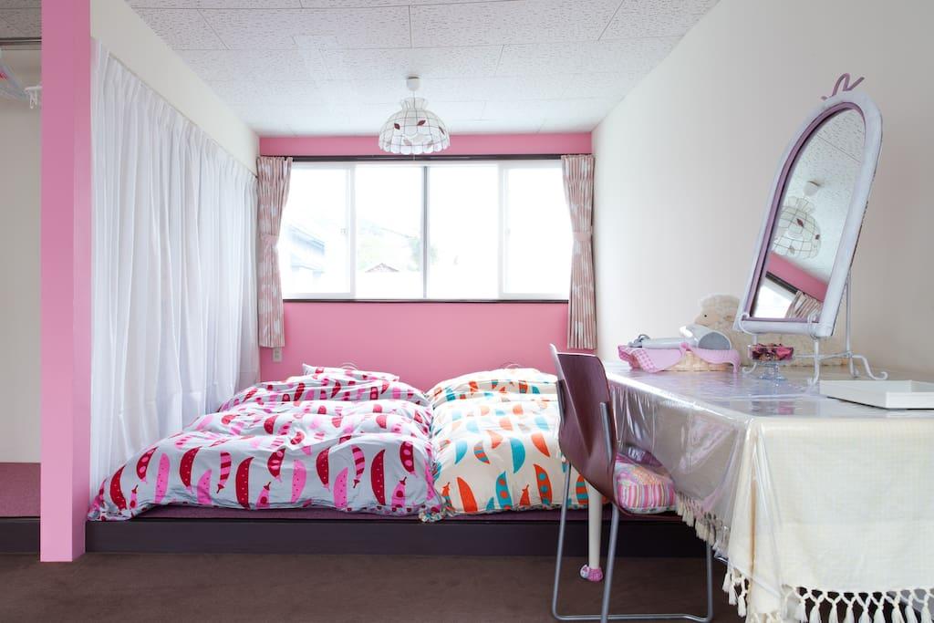 ピンク色と白色を基調にした、(か・わ・い・い)をテーマにした部屋