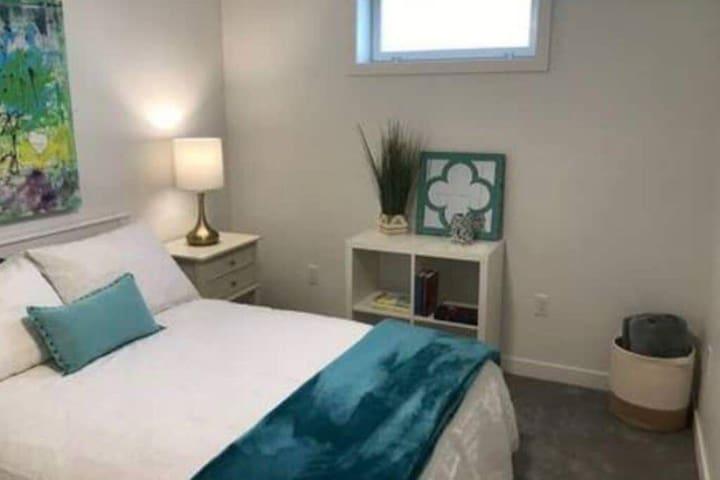 Bright | Clean, Cozy | Pet Friendly | Garden Suite 1050ft²