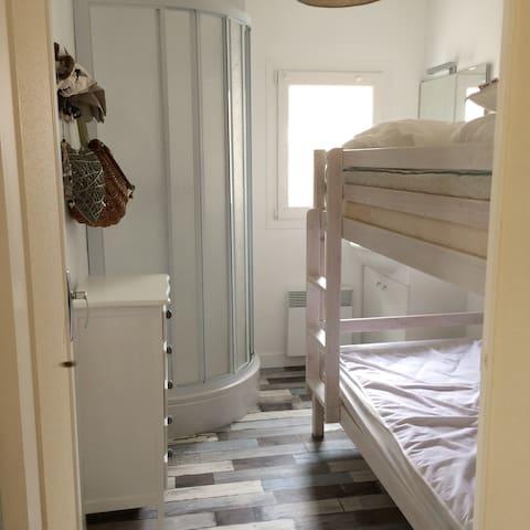 Chambre Junior, lits superposés avec point d'eau et douche