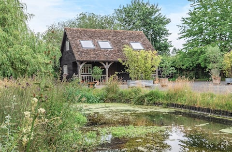 Cosy country cottage with chalk stream charm
