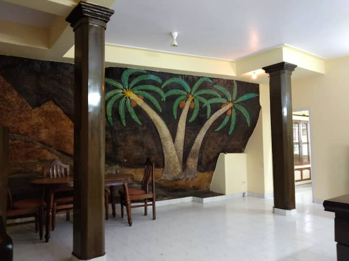 Rock Cliff: 2 BHK, A/c,Road # 10, Banjara Hills