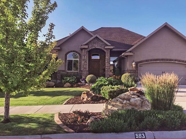 GREAT LOCATION, SPACIOUS + PATIO & YARD for 14