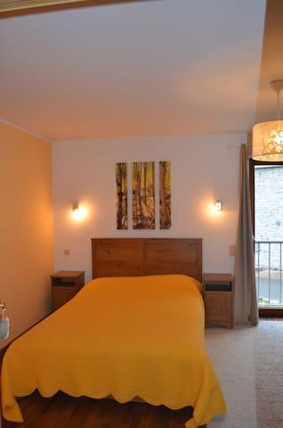 très jolie chambre familiale / romantique avec sdb - Jemeppe-sur-Sambre - Rumah
