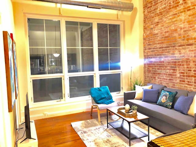 Inner Harbor Loft/ConvCenter/Ravens/FREE Parking!