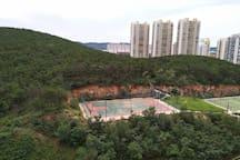 南面青山及篮球场网球场