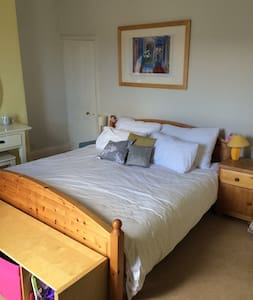 King size bed in a great location! - Bristol