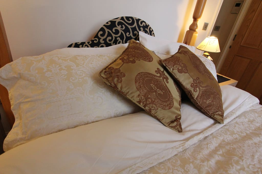 Uber comfy king sized 4 poster bed, egyptian linen.