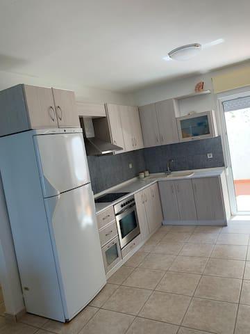 Πανέμορφη και πεντακάθαρη κουζίνα ! Τα ντουλάπια περιεχουν πιάτα , κατσαρόλες , ποτήρια , πιρούνια , κουτάλια , μαχαίρια και οτιδήποτε χρειάζεται για την καλή λειτουργία της κουζίνας !