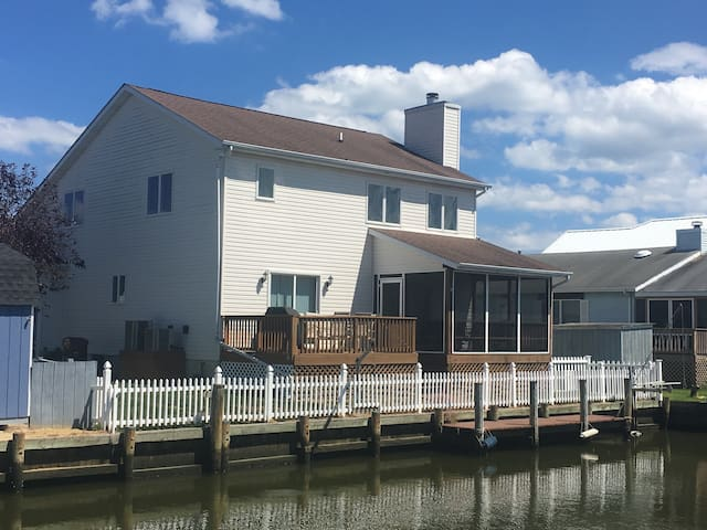Waterfront with Dock, Fenced Yard, Dog Friendly - Ocean City - House