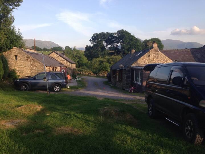 The Gadd Barn, Cysgod y Coed.