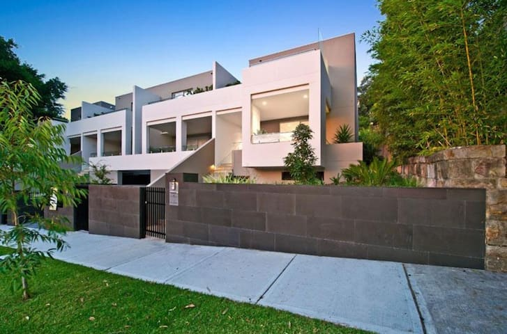 Ultimate Modern Stylish Townhouse - Double Bay - House