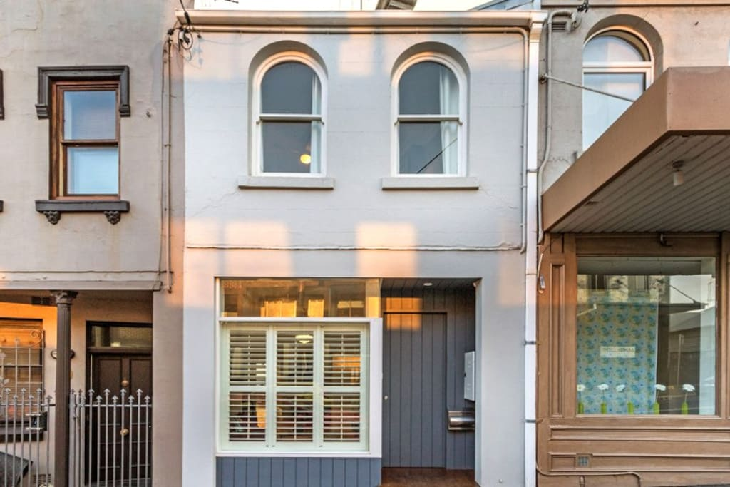 Close to all Darling Street and 10 mins to city