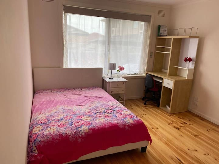 clayton spacious room, close to hospital & station
