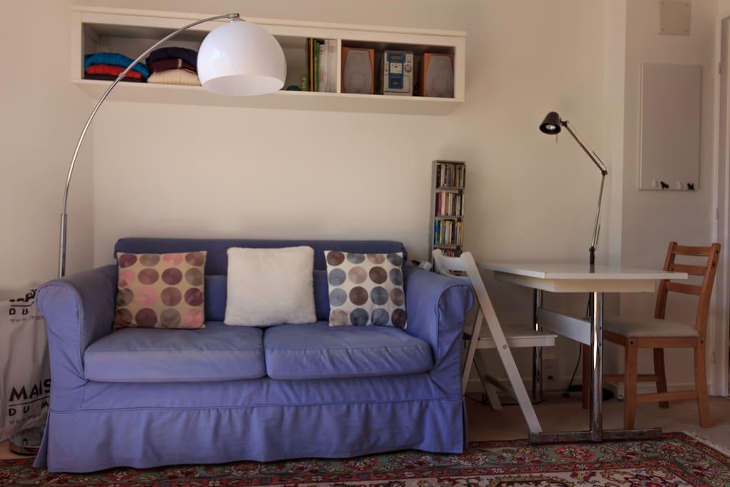 Le canapé se déplie en lit deux places.