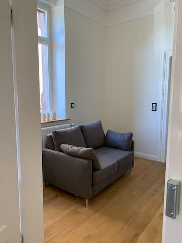 Zwischenraum mit einem kleinen Schlafsofa (Schlafplatz für 1 bis 2 Personen) oder für Eltern mit Kind