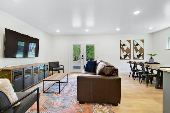Newly renovated condo w/ plenty of space - walk to downtown, close to Arches!
