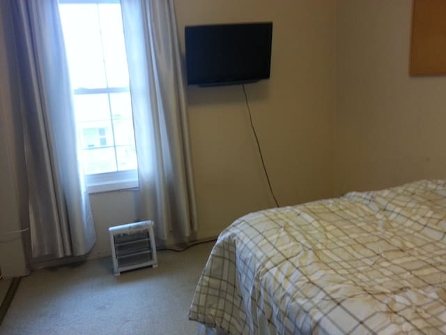 Cheap, Comfy, Clean, Quiet in Convenient Location - Windsor