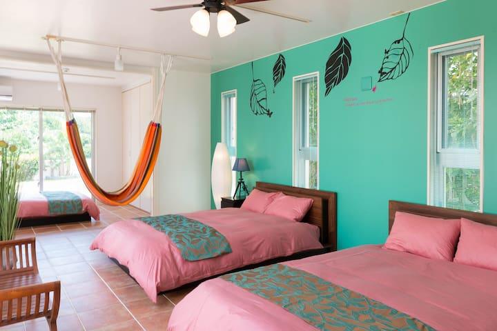 ベッドルーム②(ダブルベッド2台/扉なし)Bedroom #2 with 2 Double Beds.