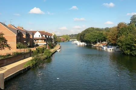 Riverside location close to station - Reading