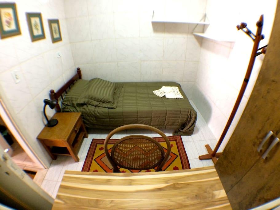 Quarto privativo com cama de solteiro