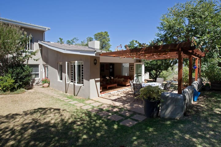 Sunny home in the heart of Stellenbosch winelands