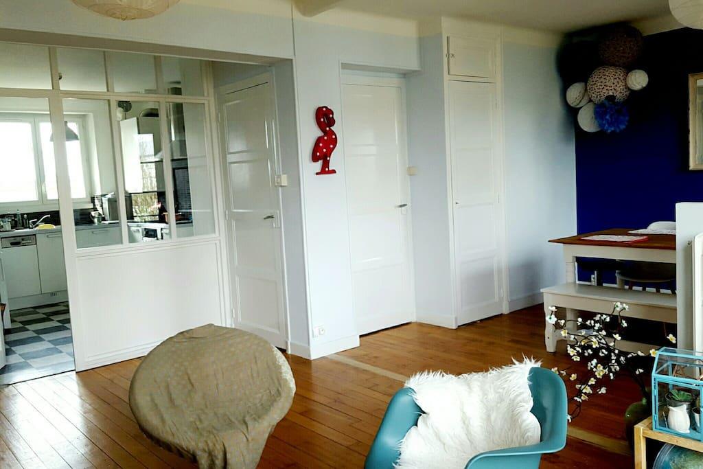 Bel espace côté jour, avec la cuisine séparée par une verrière