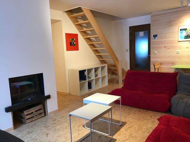 ... avec l'escalier et la bibliothèque dans le séjour