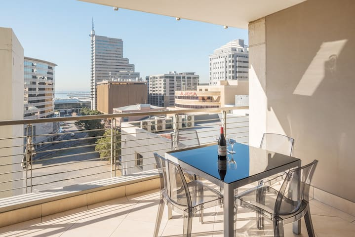 ★V&A waterfront on doorstep★Balcony★views★parking★