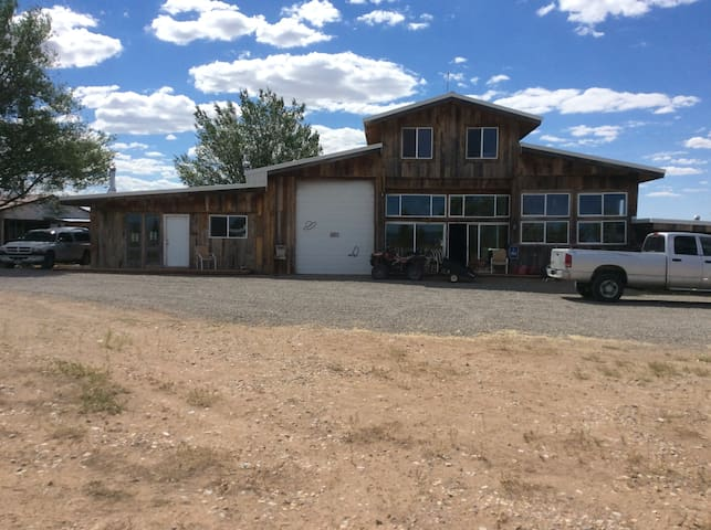 the barn,  SLEEPS 6, 3bed, 3bath, k