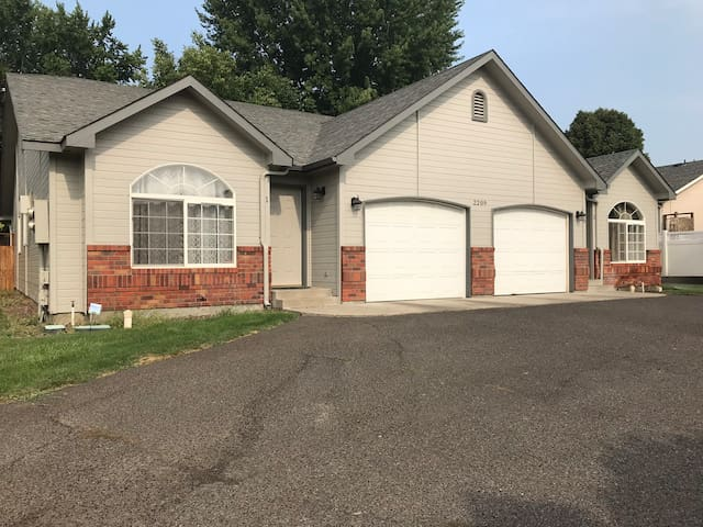 Yakima Vacation Rentals- 3 Bedroom 2 Bath House #1