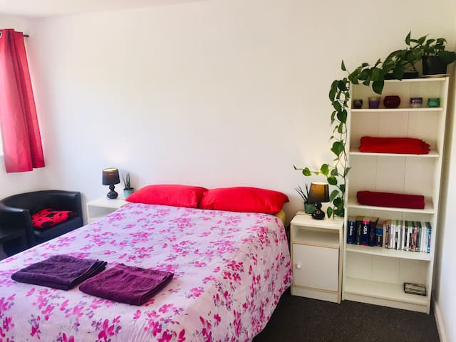 Basic cosy double room near the centre