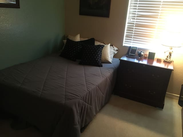 Quiet San Dimas bedroom and bath available