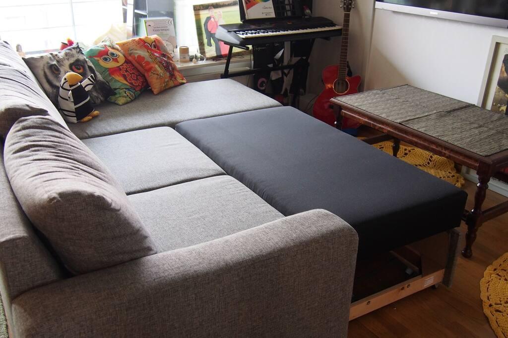 Sohvan saa levitettyä vuodesohvaksi
