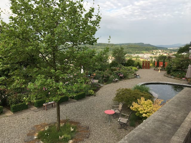 Sonniges Zimmer mit Zugang zum Rosengarten