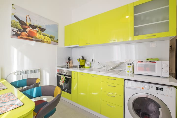 ❀POP UP Colours in this Super Central One Bedroom❀