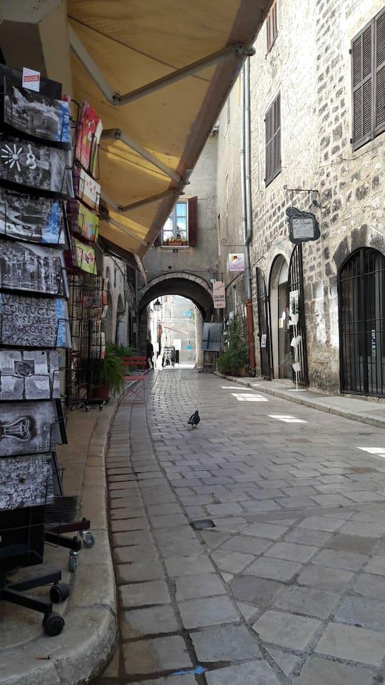 rue de l'Evèché avec ses galeries d'art