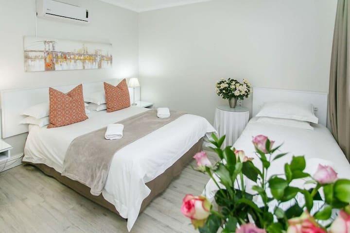 Wagon Wheel Deluxe Room Queen Bed + Single  bed