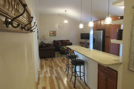 Large 2-bdrm Carriage House, full kitchen, laundry - Indianapolis - Apartment