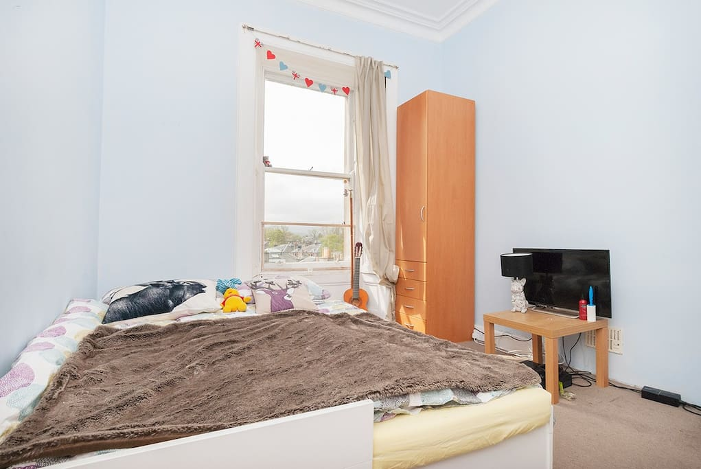 Another double bedroom to the front of the property. (wardrobe mentioned earlier, will be in this room! - so there will be a double wardrobe) and set of drawers. Light and airy with views again towards Blackford Hill.