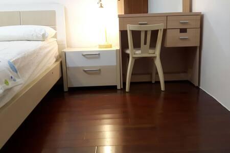 溫馨的,無拘無束放鬆的房間,唯一是小小支出房租,確可以大大空間使用 - Lakás