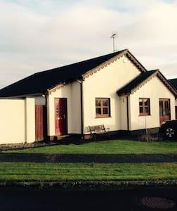 Light and spacious bungalow near the beach - Ballymoney - Talo
