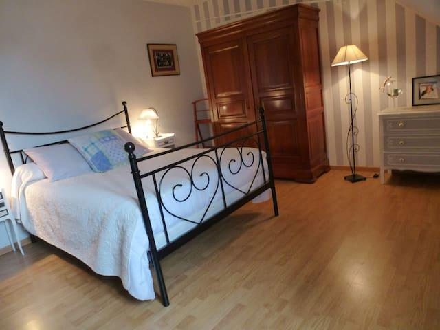 Chambre à l'étage, avec lit double