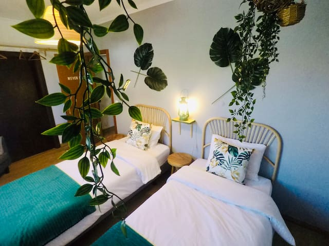 Never Leaf - Twin bedroom with shared bathroom