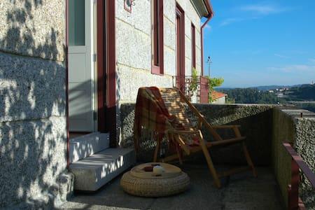 Casa rural renovada, Guimarães - Abação (São Tomé)