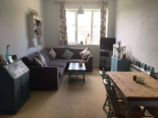 Bright spacious flat with access to pool & tennis