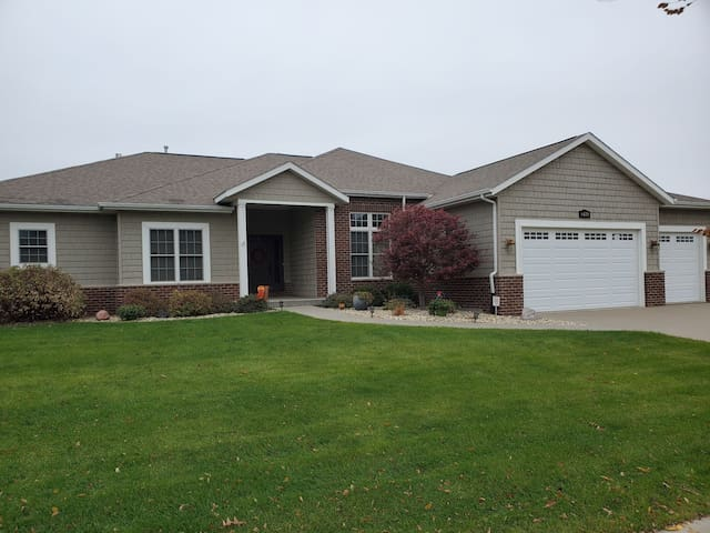 Beautiful Ranch w/main level Suite in E. Davenport