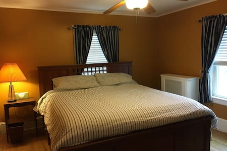 Great Deal! King bed. Bathroom w/ tub - Framingham - Haus