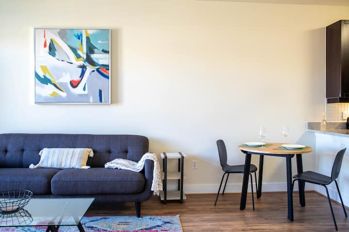 Bright & Modern 2BR In Old Town w/ Amenities
