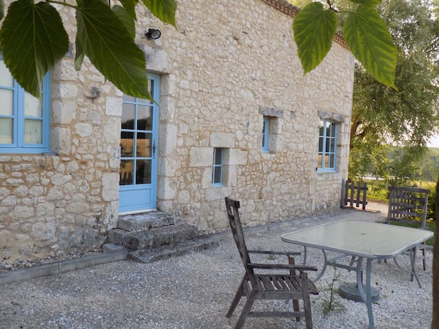 Gîte de charme pour 3 à 4 personnes - piscine - Conne-de-Labarde - House