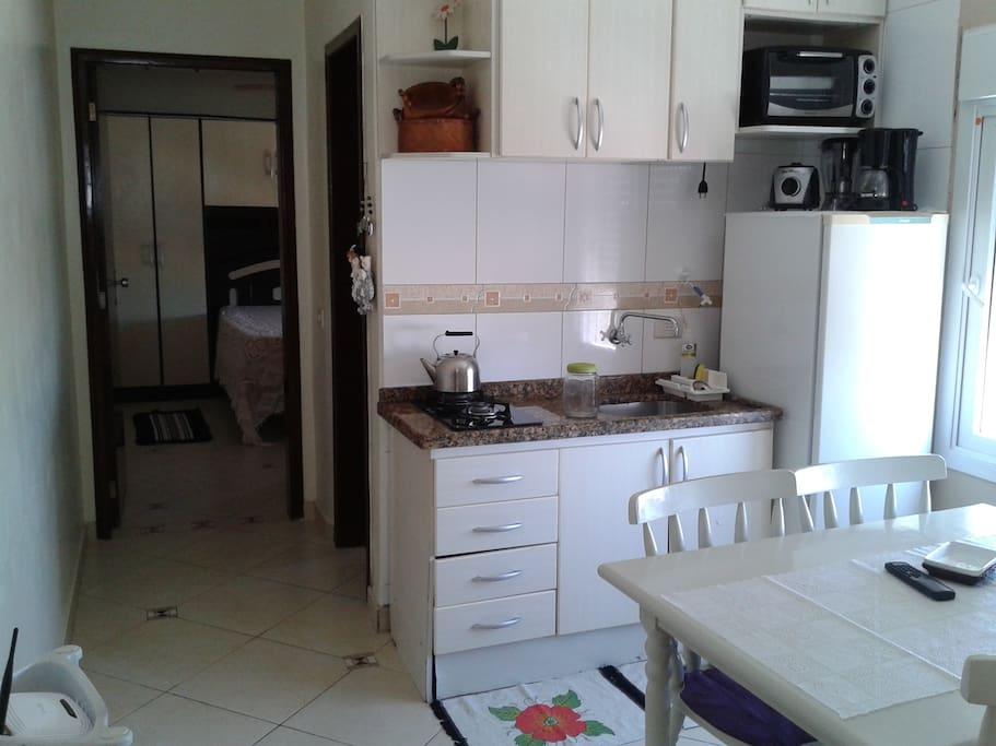 Vista da sala/cozinha para quarto.